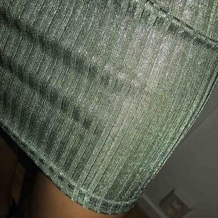 Sjukt fin lite glittrande tajt offshoulder klänning. Första bilden gör plagget rättvist(så den ser ut), andra bilden gör inte det! Köparen står för frakten! :)