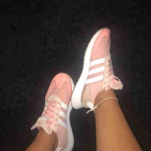 Super sköna o fina rosa Adidas skor, bara använda ett par gånger!