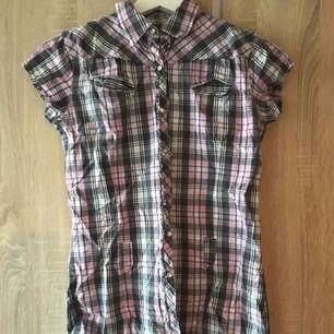 En lång kortärmad skjorta från Lindex i strl 158(passar XS) fint skick. 30kr  Köpare står för ev. frakt