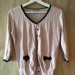 En rosa kofta från H&M i strl L(men passar S/M lika bra) fint skick. 30kr  Köpare står för ev. frakt