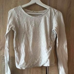 En vit tröja ifrån H&M i strl 170 (passar XS). Fint skick. 30kr  Köpare står för ev. frakt