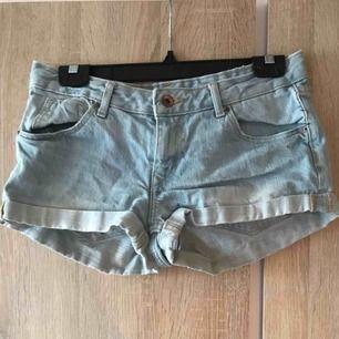 Ett par ljusblå jeansshorts från H&M i strl 36. Fint skick. 30kr  Köpare står för ev. frakt