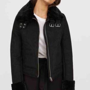 """SÖKER!! Söker en sån här jacka eller liknande, eller bara en vanlig utan ull i """"mocka"""" högsta pris 350. Storlek XS/S !! Hör av er"""