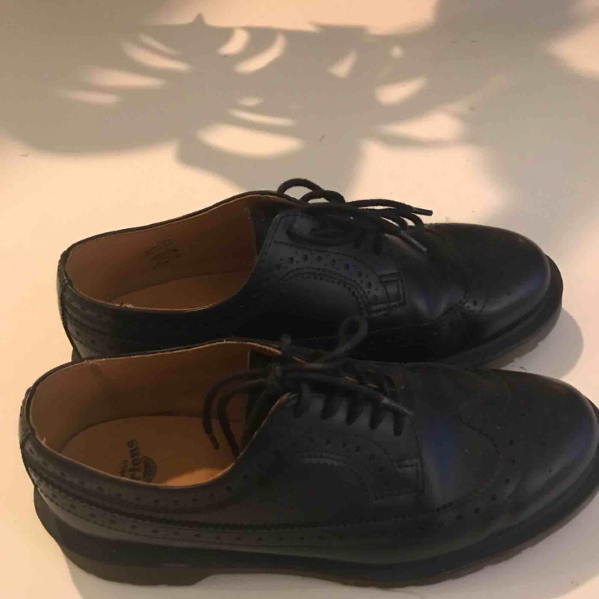 Så fina dr martens i modellen 3989. Köpta förra vintern men använda endast fåtal gånger då de ej passar:( har ett litet skrapmärke på ena skon (2:a bilden). Nypris: 1600kr. Skor.