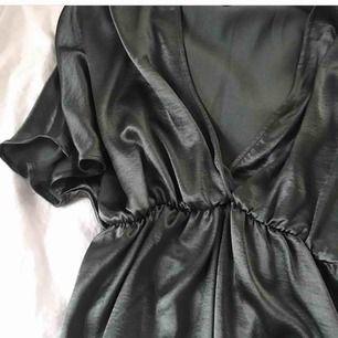 Jättefin klänning från Gina tricot, använd 1-2 gånger, nypris 499. ☺️ frakt på 39 kr tillkommer
