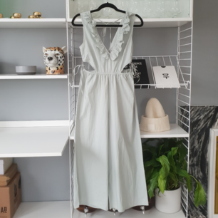 Magisk jumpsuit med fina detaljer. Var menad till ett bröllop men blev aldrig använd. Helt ny!
