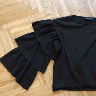 Stickad tröja med volangärmar i storlek S. Färgen är mörkgrå och tröjan är köpt på Zara. Använd ett fåtal gånger och är i mkt gott skick! #volang #zara
