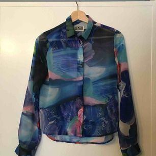 Så fin skjorta från weekday som jag bara måste inse är för liten för mig. Endast använd en gång. Köpare står för ev frakt.
