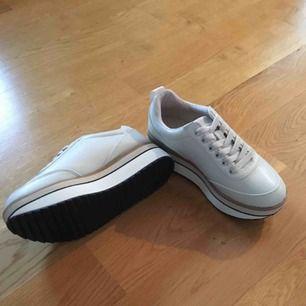 Beiga sneakers från Zara. Helt oanvända.