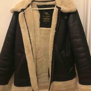 Svart läderjacka med ulliknande krage. Använd 2 gånger, köpt på caliroots för 2000kr.