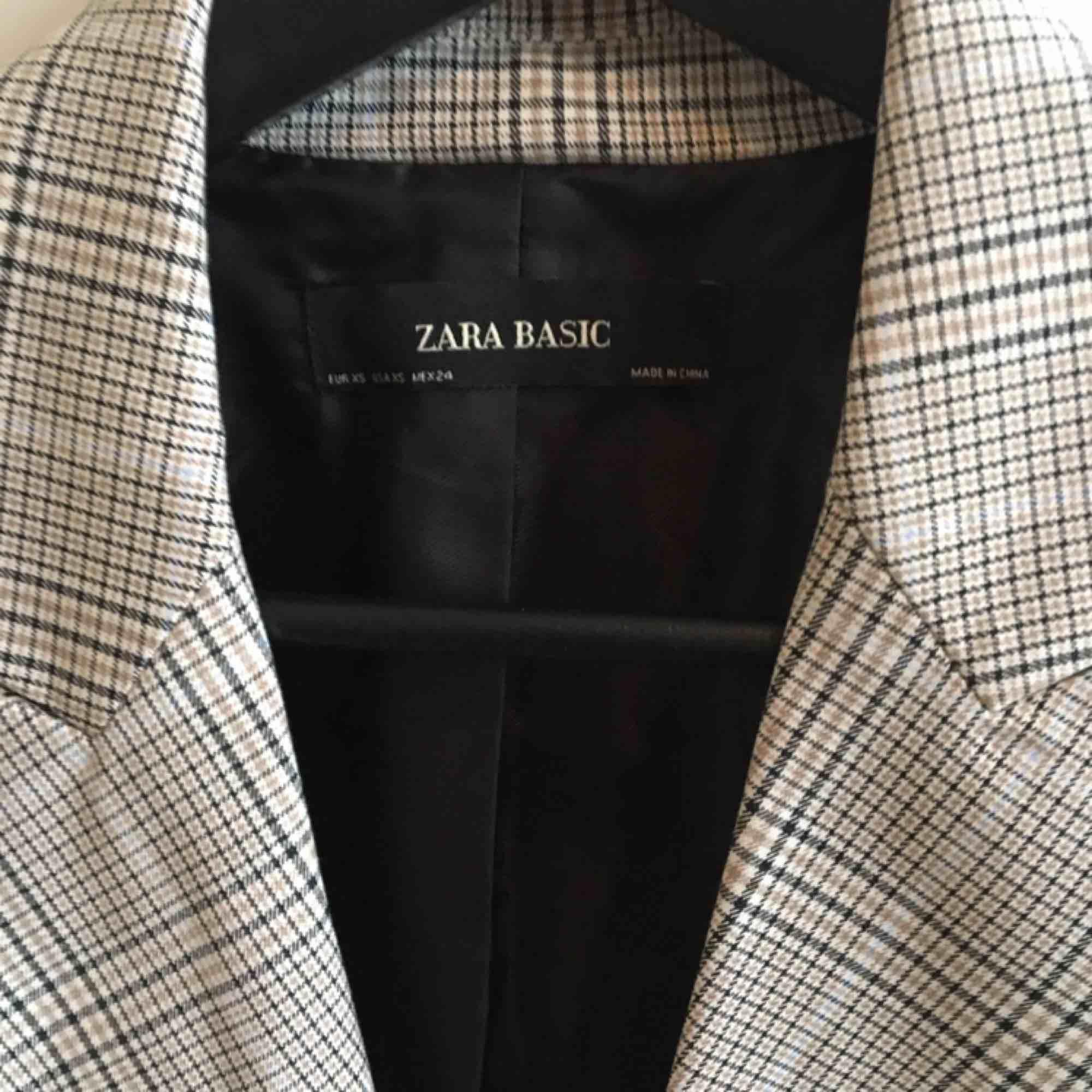 Jättefin rutig kavaj från Zara. Använd en gång. . Kostymer.