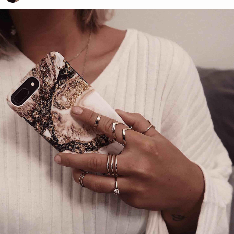 Hanna Licious X ideal of sweden mobilskal som passar iphone 8/7/6/6S. Fick det här magiska fodralet i ett samarbete, men det blev helt fel storlek för min telefon tyvärr😩Dvs helt oanvänd! 400 kr i nypris. Accessoarer.