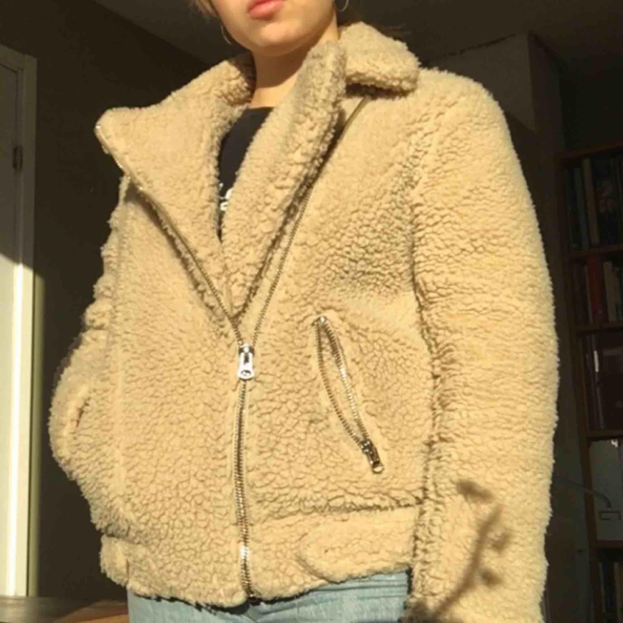 Teddyjacka från H&M inköpt förra hösten. Något använd men ändå i bra skick, varm och skön, går att ha både med uppvikt och stängd krage! Passat nog personer med strl 34-38. Frakt tillkommer och den betalar du! 💛. Jackor.