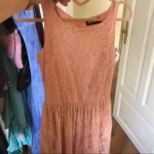 Fin rosa spetsklänning, hjärtformad i ryggen. använd 2 gånger