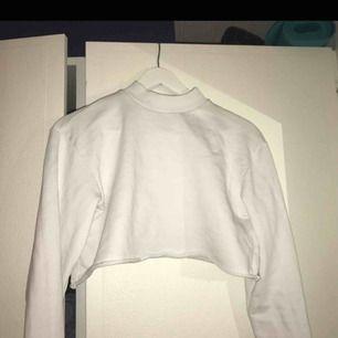 En vit croptop från NA-KD! Storlek XS