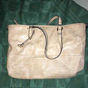 Mjuk väska, stor nog för dator (Mac) och lite smått och gott, har ett innerfack för ex nycklar och kort och liknande.  (Frakt ingår ej)