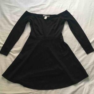 Off-shoulder klänning från NLY TREND. Använd sparsamt. Upphämtas i Växjö eller frakt 50kr😊