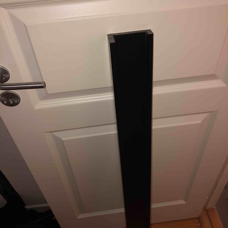 Säljer denna list till vägg från Ikea, aldrig använd.  Den är 1.15 cm lång.. Övrigt.