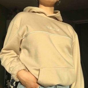 Såå gosig hoodie från H&M använd en gång och köpt för bara några veckor sedan, säljer då färgen inte riktigt passar mig :((( Storleken är M (herr) och jag brukar ha XS-S. Frakt tillkommer och den betalar du! 😊