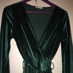 Kort grön knytklänning i sammet från Nelly.com, knappt använd.