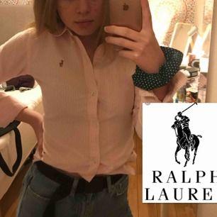 """Rosa vit randig Ralph Lauren skjorta (äkta såklart) Står storlek 0 (vilket ska motsvara XXS) men passar mig i S ganska bra. Tröjan är sparsamt använd, nypris är runt 1000. Den är i passformen """"slim fit"""" Kan  frakta eller mötas upp Malmö, Köpenhamn"""