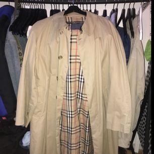 Vintage burberry coat, retail pris är ca 12000kr, sjuk steal! Säljer pga att den är lite för lång för mig, con 8/10, sjukt bra skick även fast den är vintage.   Kan skicka fler bilder ifall du är intresserad:) Förra priset 2000 nu 1400