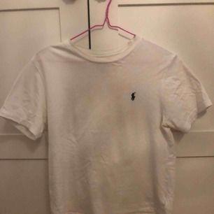 Vit Ralph Lauren t-shirt i strlk 160-176 men den sitter som en S då storlekarna är amerikanska. Den är inköpt i Charlotte USA och ny pris var 20 dollar:)