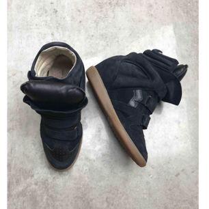 Säljer min svart Isabel Marant sneakers i storlek 38. Dustbags och orginal lådan medföljer!