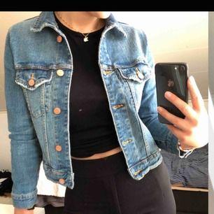 Super fin tightare jeansjacka! Knappt använd💛 möts upp i sthlm eller fraktas💜