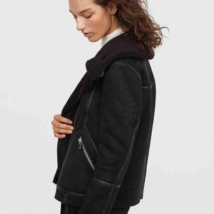 Jätte snygg jacka från H&M, varmfodrad.Använd endast en gång! Storlek 34. Köparen står för frakten!