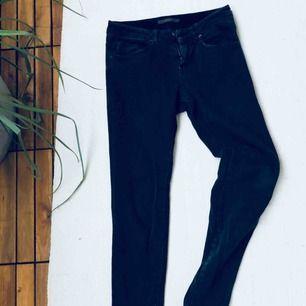 Svarta washed jeans med liten mocka detalj på ena fickan. Använda ca 2 gånger, toppskick. Passar mig som är 36/38.