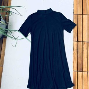 Ribbad poloklänning, använd en gång.