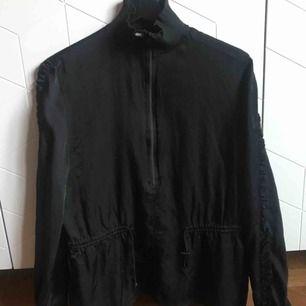 HM-klänning som jag sytt upp till en topp, volangärmar i sidenliknande typ. Upphämtning eller frakt 50 kr