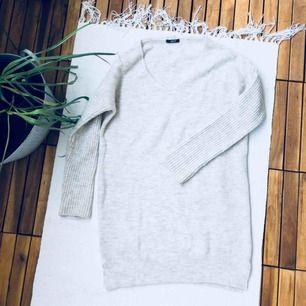 Ljus beige tröja som är Lång så kan även användas som klänning, superskön. Sparsamt använd.