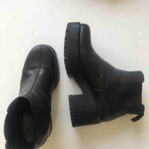 Säljer Vagabond sina populära Dioon boots i läder. Nypris 1100kr. Har används lite, men vill si dom är i väldigt bra skick. Lite märke framme på skorna, som syns på bild nr 2. Bjuder på frakt!