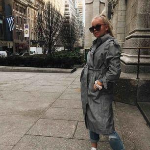 Säljer denna rutiga kappa från ZARA i storlek S! Nypris: 1300kr. Säljer för: 180kr! Använd 3 gånger!!!! Kan mötas i Stockholm och frakta!