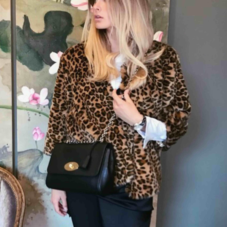 Leopard jacka från H&M. Lite kortare i modellen/armarna. Jackor.