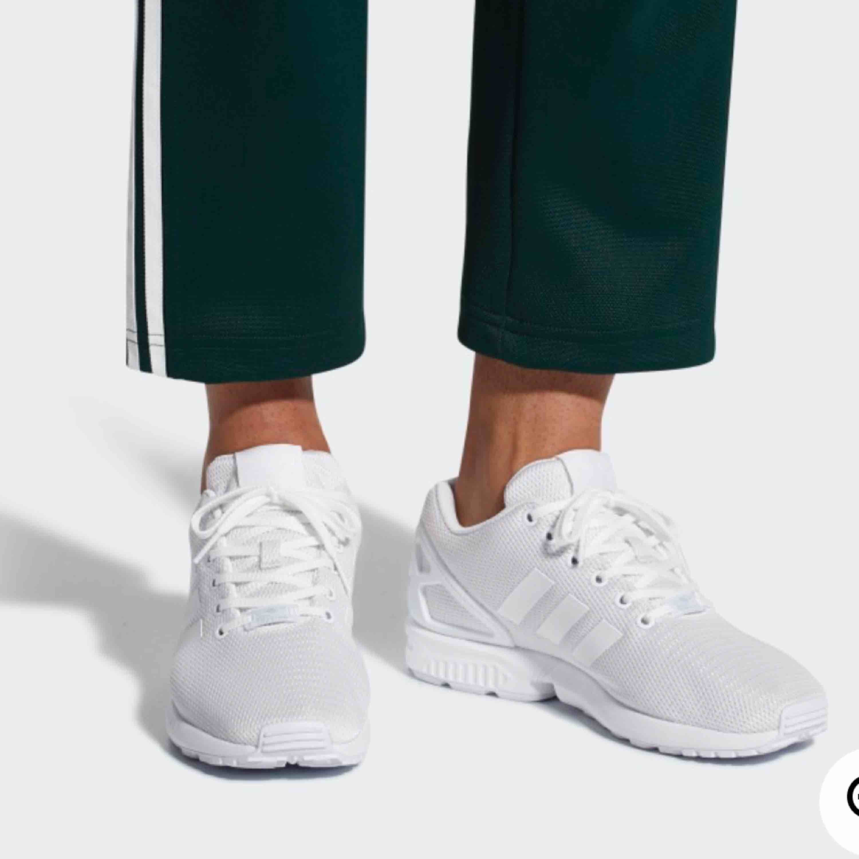 Säljer dessa fina skor från adidas i modellen Zx flux  använda ett fåtal gånger så i bra skick! Frakten på dessa är 40 kr!. Skor.