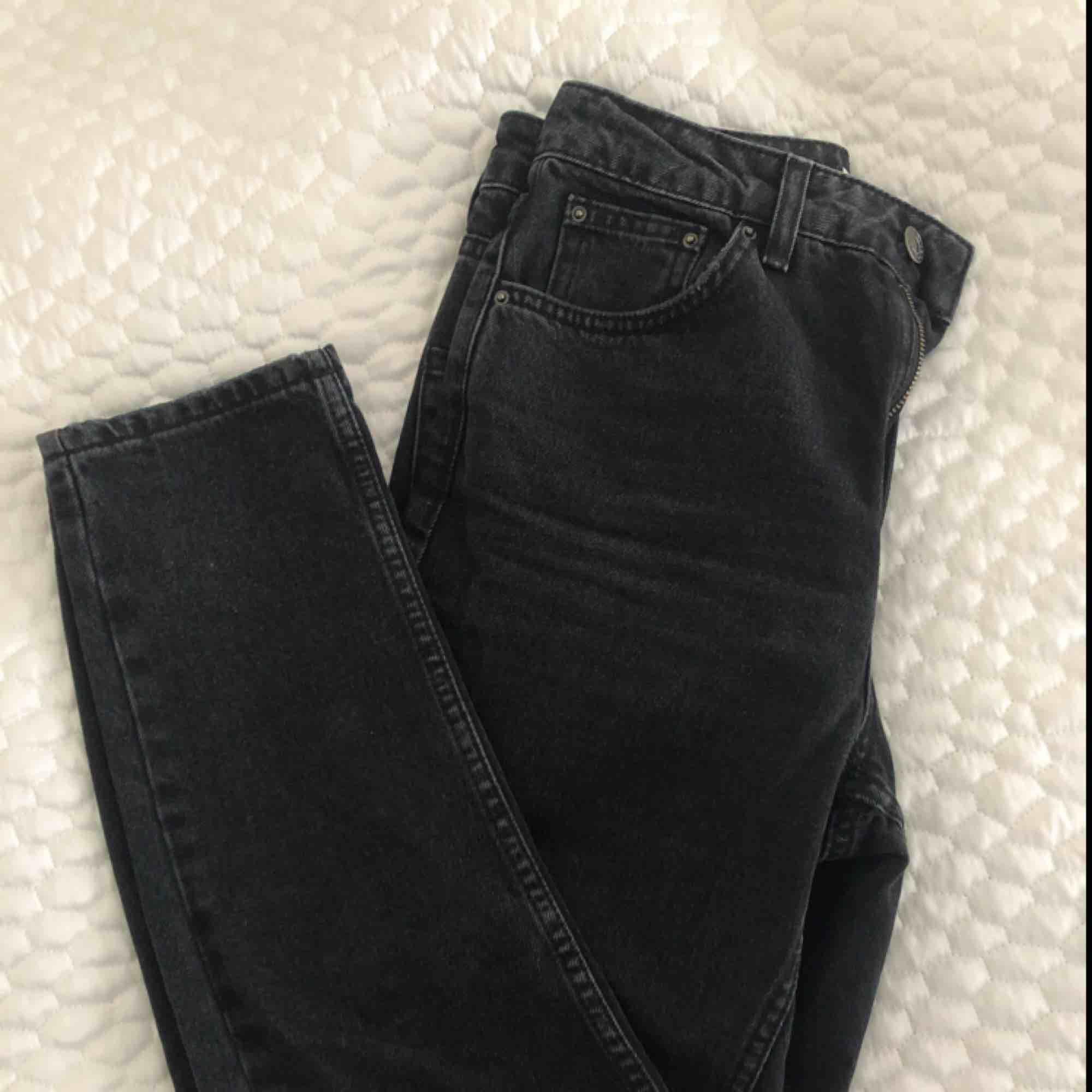 Momjeans från Topshop i washed svart. W26 och L32. Aldrig använda, pris inklusive frakt 💫. Jeans & Byxor.