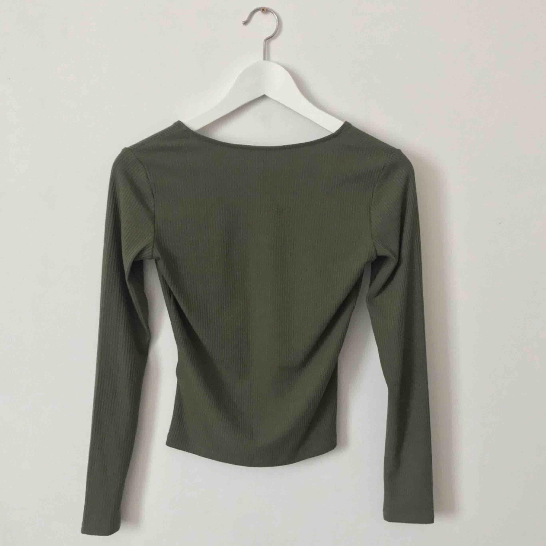 """Khakigrön tajtare tröja med användbart blixtlås i mitten. Tyget är """"randigt"""" i materialet och ganska tunnt. Jätte fin nu till våren!🧚♂️   Möts upp i Gävle eller fraktas för 36kr. Tröjor & Koftor."""