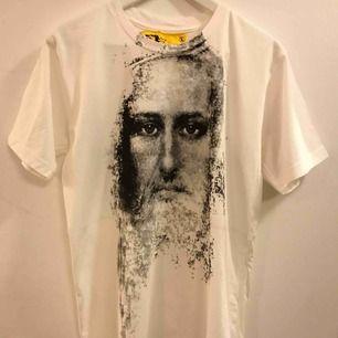 En egen designad Jesus t-shirt med kors på ryggen. Är ni intresserad och vill ha en annan storlek så kontakta mig.