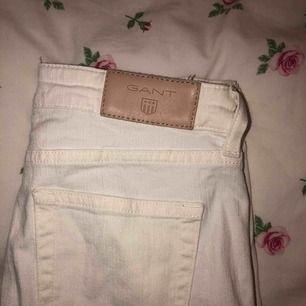 Säljer mina vita Gant jeans pågrund av för liten storlek. Storleken är S. Köparen står för frakten!
