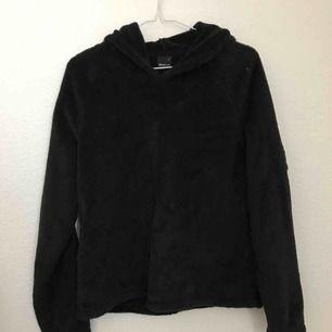 Supermjuk och gosig hoodie i fleece. Jag som har XS har haft den oversize men annars är den som en vanlig M i storleken. Frakt tillkommer 🌟