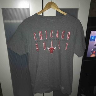 Riktigt Najs t-shirt från Mitchell & ness