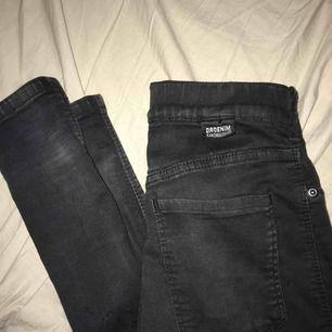 Ett par mellanhöga jeans från dr denim, köpt här på plick men tyvärr för små för mig. De enda felet är att fickan har lossnat lite högst upp i sömmen men inget som syns när byxorna är på.
