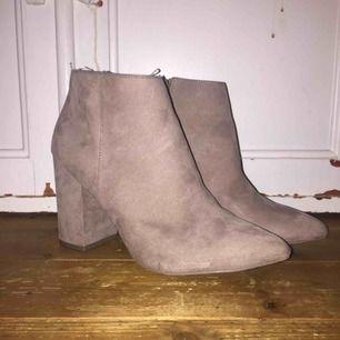 Hej, super coola boots från hm, använda en gång, först till kvarn🥰