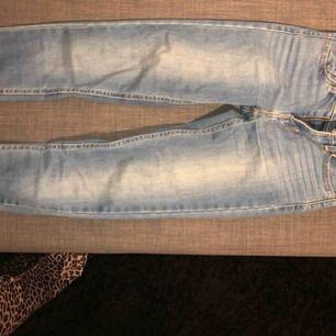 Skitsnygga ljusblåa Levis jeans! Inte alls slitna eller sönder någonstans, och jag säljer för att jag inte använder blåa jeans längre💕