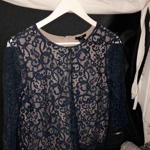Fin tröja som inte är till användning mer, använd runt 2-3 ggr. Den är i blå spets i armarna och sedan har den en beige tröja under med blå spets över! 💕
