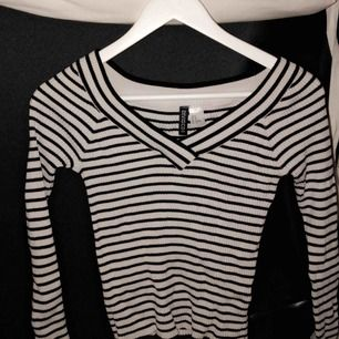 Väldigt fin tröja som inte kommer till användning längre då det inte är min smak. Den är i mjukt material och är både storlek XS/S. 🌾