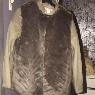 Säljer en oanvänd pälsjacka den är oanvänd just på grund av att jag söker en lite längre och i mindre storlek. Köpt från h&m